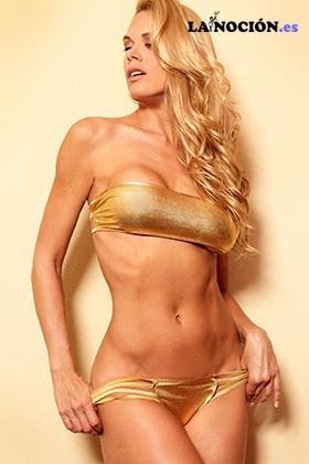 Retrato de una mujer perfecta en bikini
