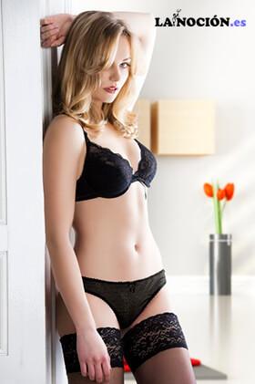 Chica rubia muy sexy y atractiva con una ropa interior de bikini y media