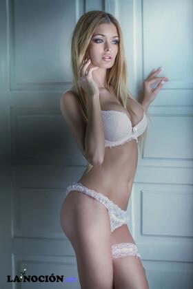 Sensual y hermosa mujer rubia posando en ropa interior