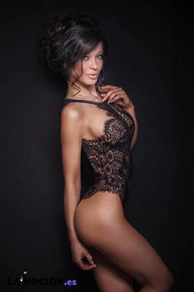 Elegante mujer morena sensual posando en ropa interior negra sexy