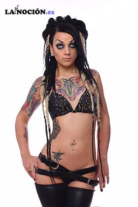 Chica tatuada emo en ropa interior negro