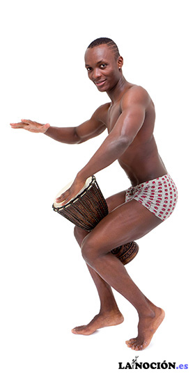 Hombre feliz tocando tambores de tomtom sobre un fondo blanco
