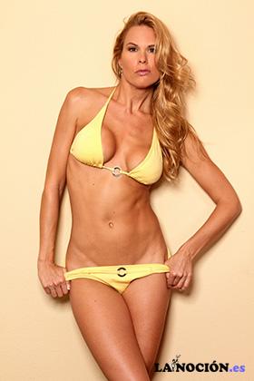 Retrato de mujer sexy en bikini en el estudio