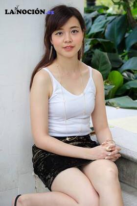 Mujer tailandesa relajada y sonriente