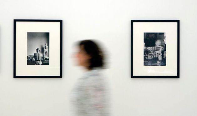 Una mujer entre dos fotografías del pintor malagueño en el Museo Picasso Málaga