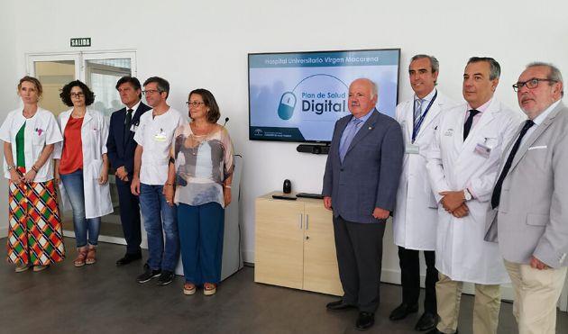 Jesús Aguirre, durante su recorrido por las nuevas instalaciones del área digital de Dermatología del Hospital Macarena