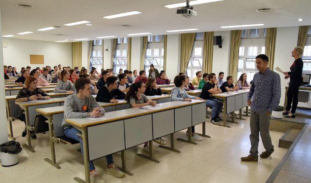 Alumnos sevillanos atendiendo las indicaciones de una profesora antes de comenzar un examen de Selectividad