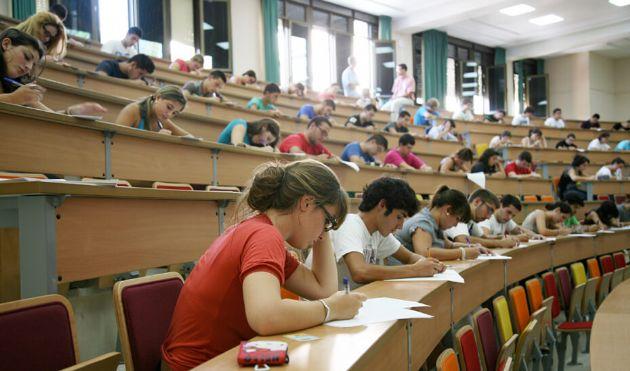 Alumnos realizan las Pruebas de Evaluación de Bachillerato para el Acceso a la Universidad (PEvAU), que han empezado este martes 11 de junio