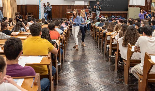 Dos profesoras reparten los exámenes de la prueba de Selectividad a los alumnos matriculados