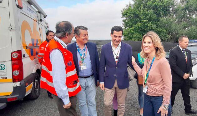 El presidente, Juanma Moreno, y la delegada de la Junta en Cádiz, Ana Mestre, visitando el dispositivo sanitario