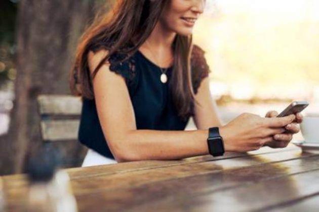 Mujer escribiendo un mensaje de texto en el teléfono