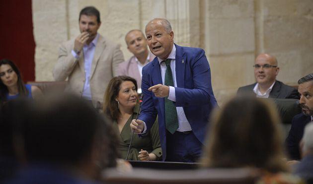 Javier Imbroda interviene ante el Pleno del Parlamento en la sesión de control al Gobierno