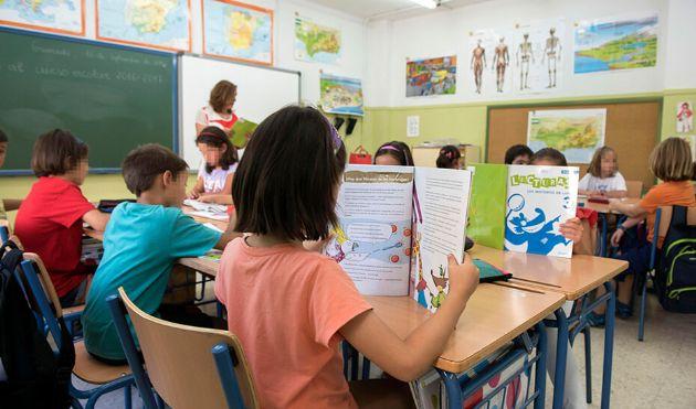 Un profesora imparte clases a alumnos de educación Primaria