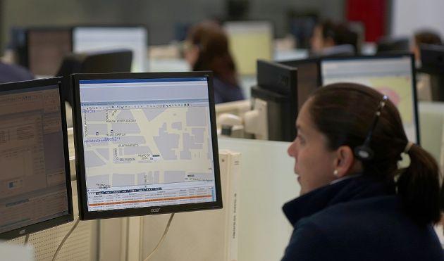 Una operadora de Emergencias 112 Andalucía