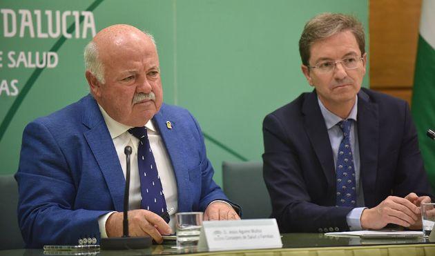 El consejero Jesús Aguirre junto al portavoz de la Junta por el brote de listeriosis, José Miguel Cisneros