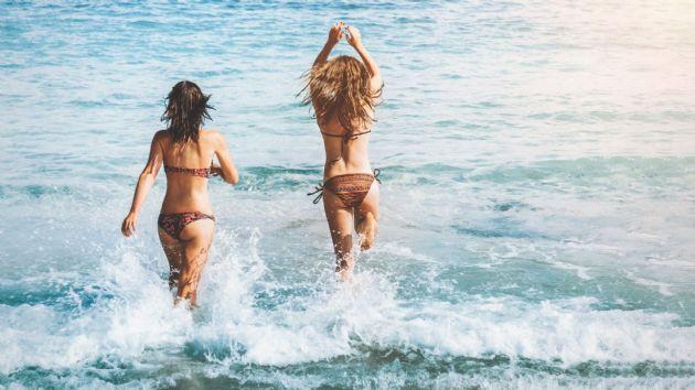 Turistas bañandose en la playa