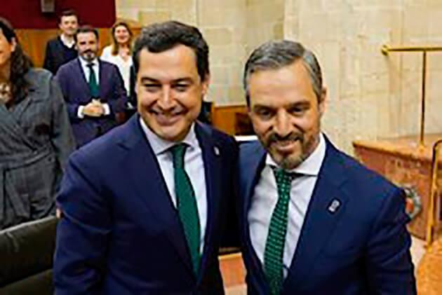 El presidente de la Junta, Juanma Moreno, y el consejero de Hacienda, Juan Bravo, en una imagen de la aprobación en el Pleno del Parlamento del Presupuesto de 2020