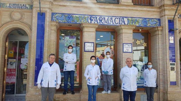 Farmacéuticos guardan un minuto de silencia por los ocho compañeros fallecidos en toda España por el Covid-19