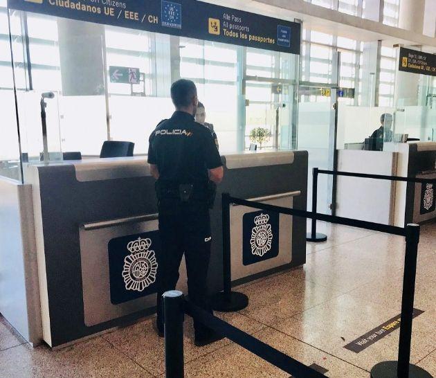 Agente de la Policía Nacional en control de aeropuerto de Málaga