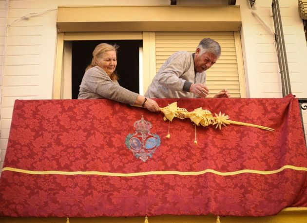 Ciudadanos engalanan sus balcones con motivo de la Semana Santa