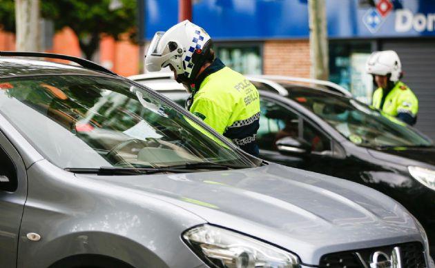 La Policía Local de Sevilla efectuando un control de autobuses para que los ciudadanos respeten el estado de alarma decretado por el gobierno debido al coronavirus Covid-19. A todos los usuarios del transporte público un agente les pregunta de donde viene