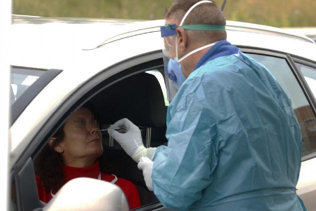 Dispositivo sanitario de la prueba test del PCR para detectar la infección por coronavirus a las personas desde su coche