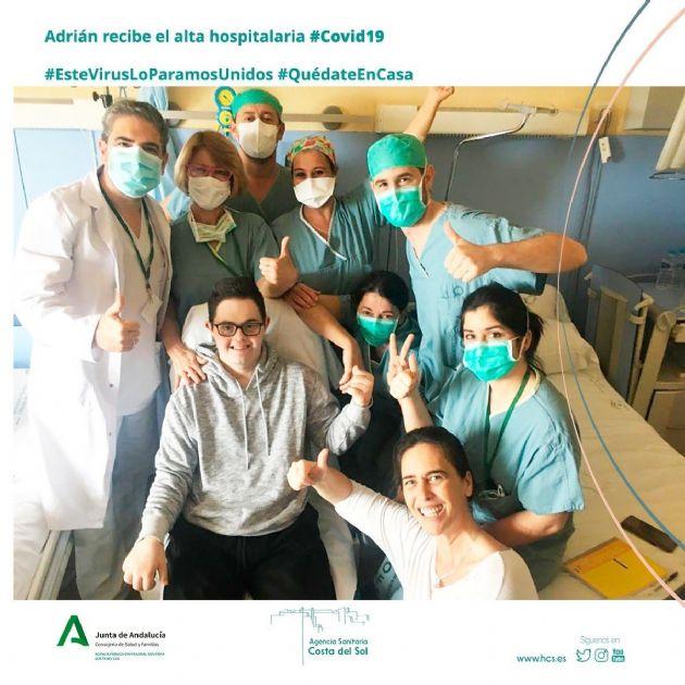 Adrián, de 23 años, recibe el alta tras ser el primer paciente trasladado de la UCI a planta en el Hospital Costa del Sol