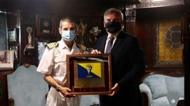El presidente cadista, Manuel Vizcaíno, en la entrega de una bandera al comandante del Buque Escuela de la Armada Española Juan Sebastián de Elcano'