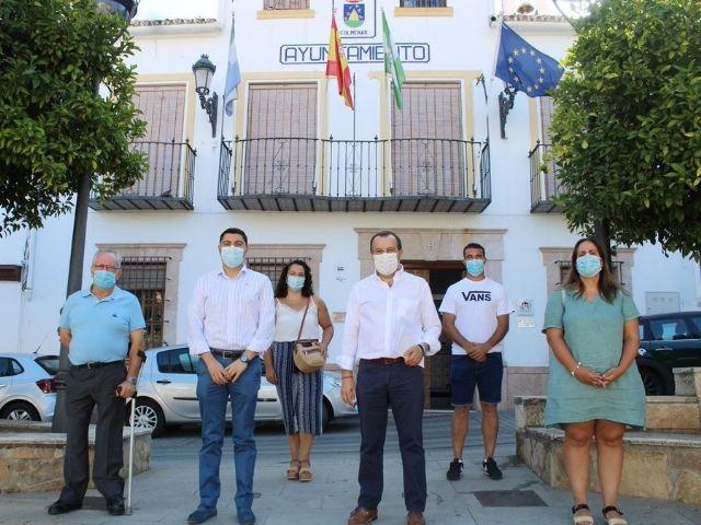 El secretario general del PSOE de Málaga, José Luis Ruiz Espejo; el alcalde de Colmenar, José Martín y el secretario general de los socialistas en la localidad, Francisco de los Ríos, durante una visita al municipio