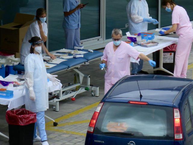 Personal sanitario realiza test PCR a conductores de vehículos para evitar la propagación del Covid