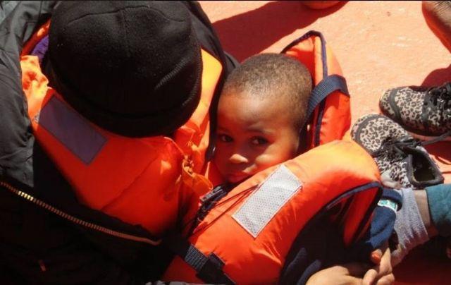 Niño y madre rescatados de una patera