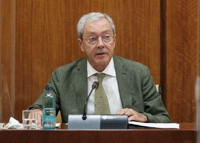 El consejero de Economía, Rogelio Velasco, este jueves durante su comparecencia parlamentaria en comisión
