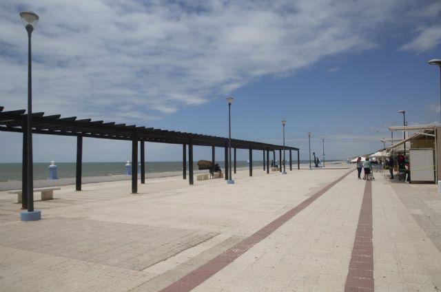 Paseo marítimo de la playa de Matalascañas durante el puente del Corpus Christi