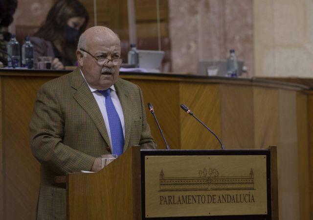 El consejero de Salud y Familias, Jesús Aguirre, durante su comparecencia en la sesión plenaria del Parlamento andaluz