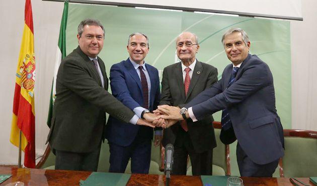 El consejero Elías Bendodo, junto a los alcaldes de Sevilla y Málaga y el responsable del RACE