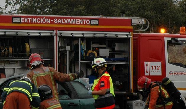 Bomberos intervienen en un accidente de tráfico
