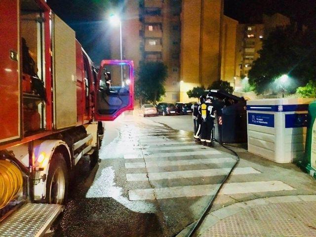 Bomberos realizan intervenciones por incendio de contenedores en varias calles de la capital