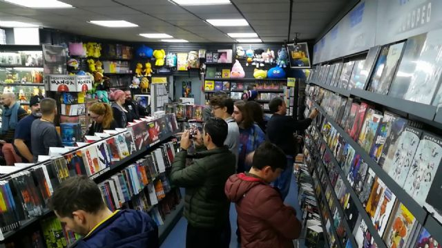 Aficionados a los cómics en la tienda Nostromo - Sergio López