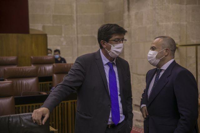 El vicepresidente de la Junta de Andalucía, Juan Marín (i), conversa con el diputado Julio Díaz (i) antes del inicio de la primera jornada de la sesión plenaria en el Parlamento de Andalucía