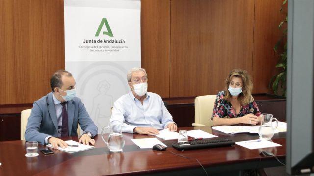 El consejero de Economía, Rogelio Velasco (en el centro), reunido con grupos investigadores