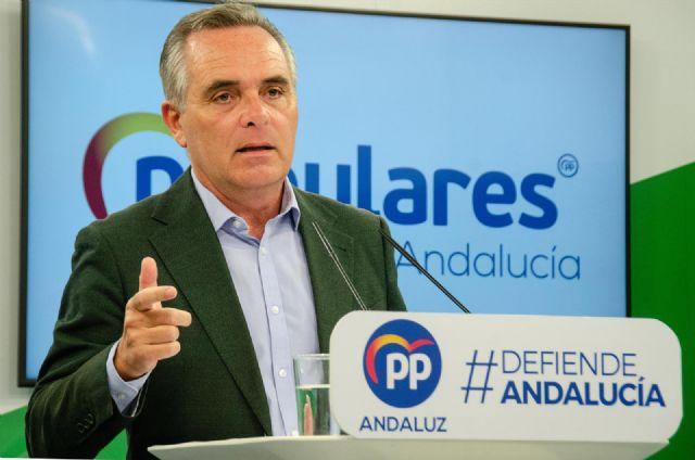 El portavoz de Fomento, Infraestructuras y Ordenación del Territorio del PP en el Parlamento andaluz, Juan Bueno, en rueda de prensa