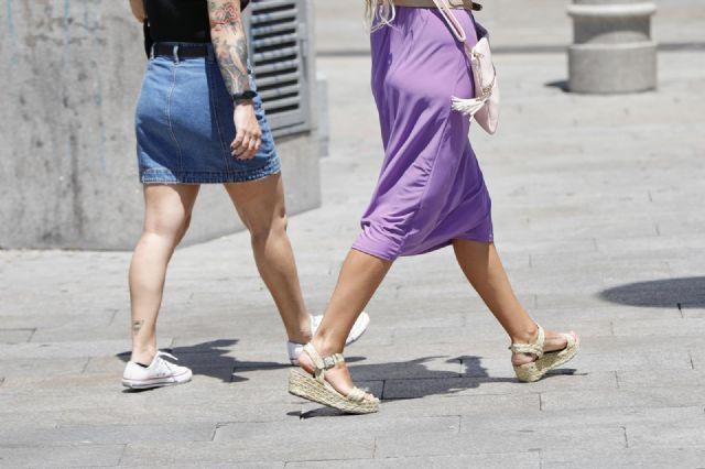 Dos mujeres caminan durante una jornada de calor
