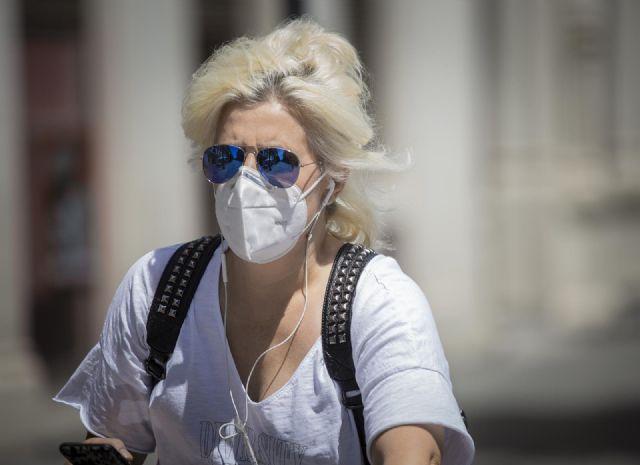 Una mujer con mascarilla y gafas de sol durante el quinto día de la fase 2 en Sevilla
