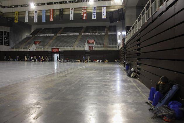 LLegada de personas sin hogar al intererior del Palacio de deportes
