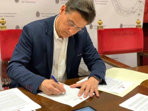 El alcalde, Luis Salvador, firmó un decreto de servicios mínimos en el Ayuntamiento de Granada al inicio de la crisis sanitaria