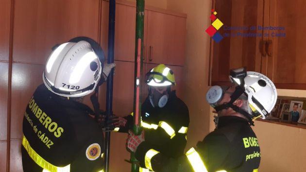 Bomberos apuntalan una vivienda en Cádiz