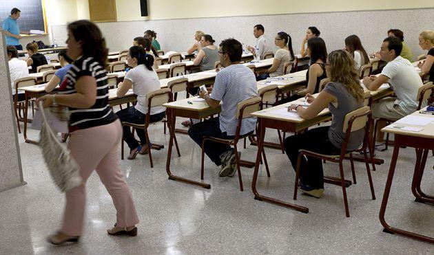 Opositores docentes andaluces durante la celebración de un examen en 2019