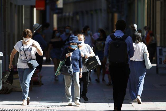 Personas hacen uso de las mascarillas frente al virus COVID-19 donde en el día de hoy son obligatorias llevarlas en espacios públicos en Málaga