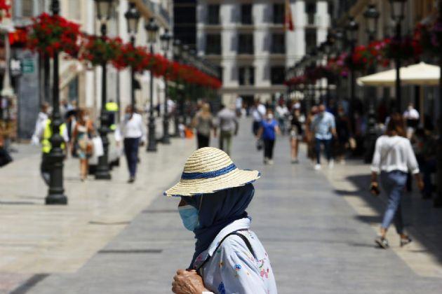 Personas hacen uso de las mascarillas frente al virus COVID-19 donde en el día de hoy son obligatorias llevarlas en espacios públicos en Málaga a 21 de mayo 2020 - Álex Zea - Europa Press