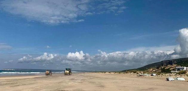 Limpieza con lejía en la playa de Zahara de los Atunes, en la provincia de Cádiz